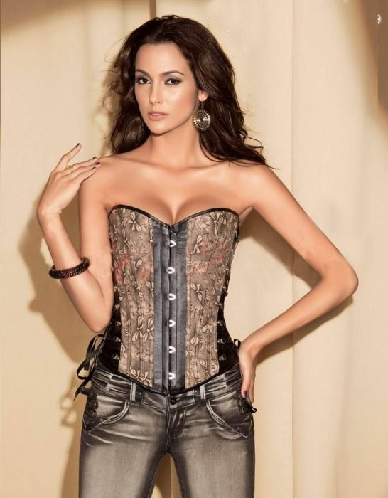 chica con bustier