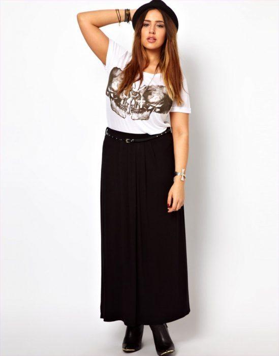 chica con curvas y falda maxy