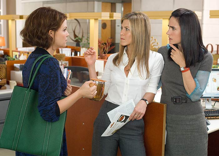 mujeres tomando café en oficina