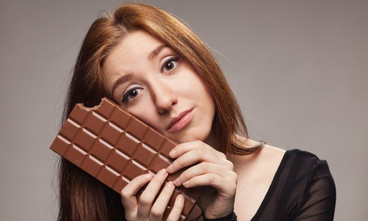chica con tableta de chocolate