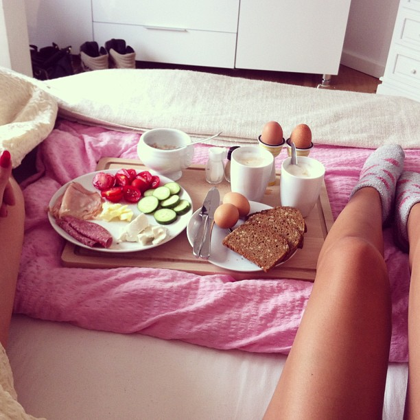 chica desayuno en cama
