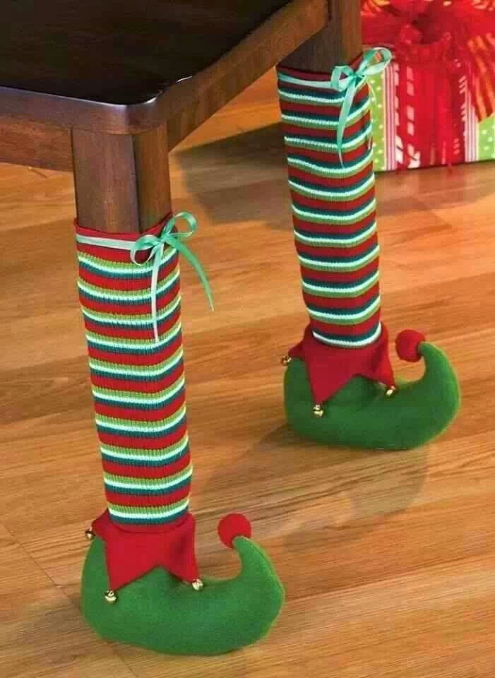 patas de una mesa decorada con calcetines y botas de un duende