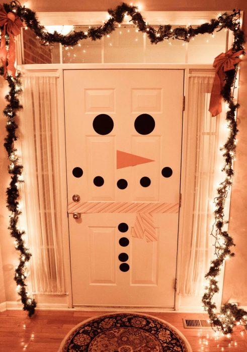 Puerta decorada como un mono de navidad
