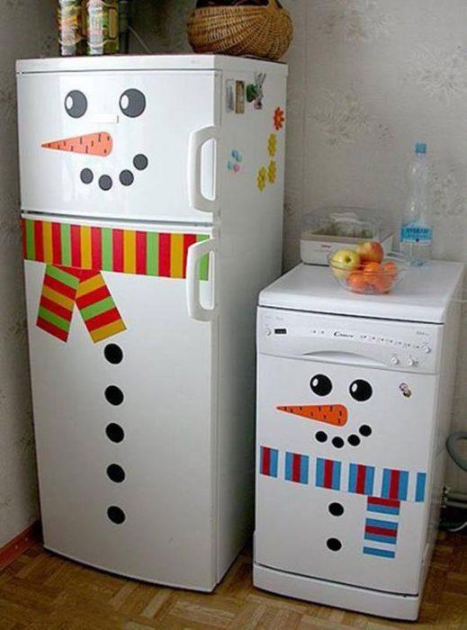 Electrodomésticos decorados con monos de nieve