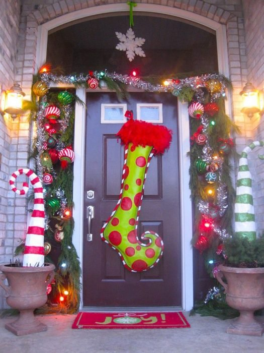 Puerta de una casa con una bota gigante de color verde