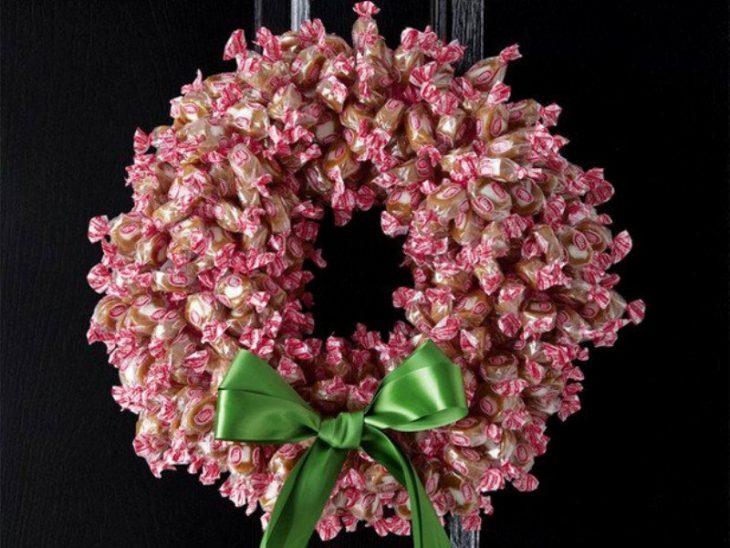 Corona navideña hecha con dulces