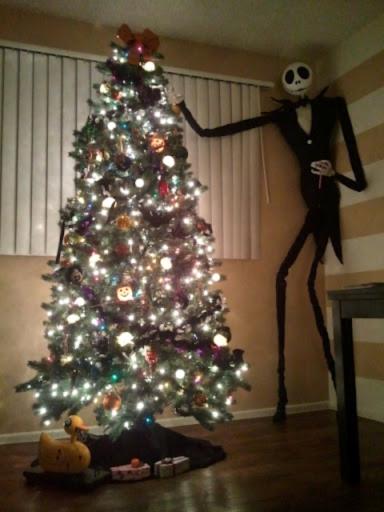 Jack decorando un árbol de navidad