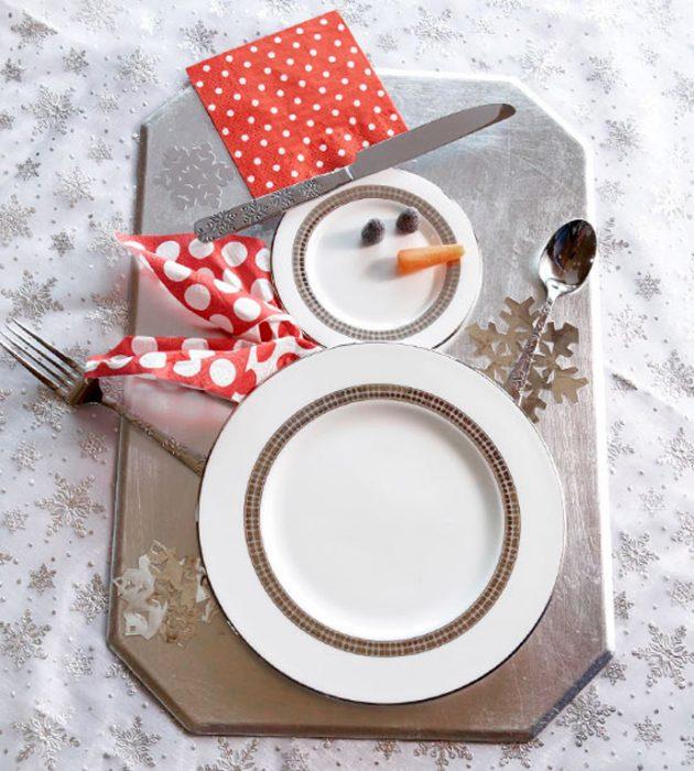 Platos decorados como un mono de nieve