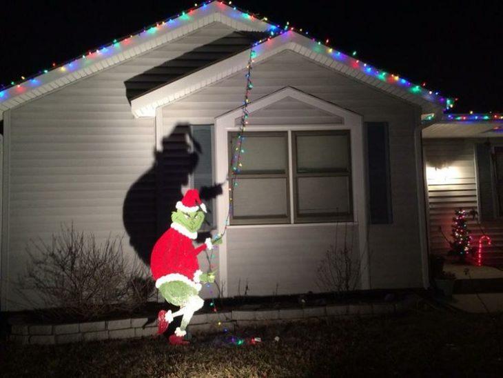 Grinch robándose las luces navideñas