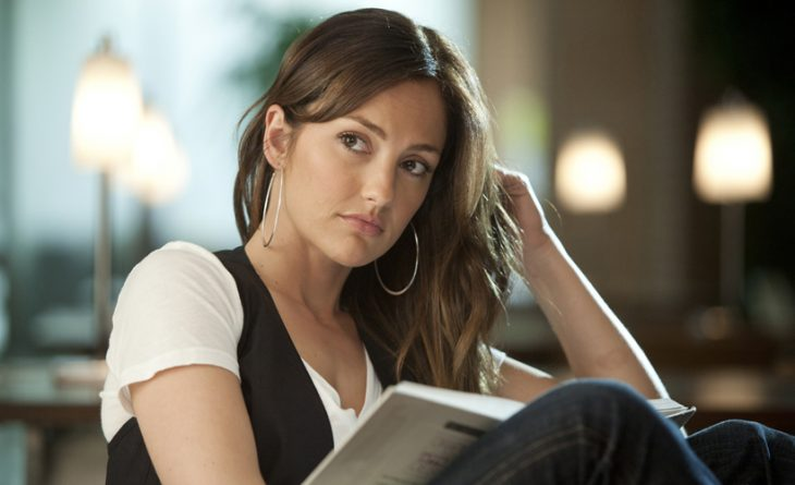 chica leyendo seria