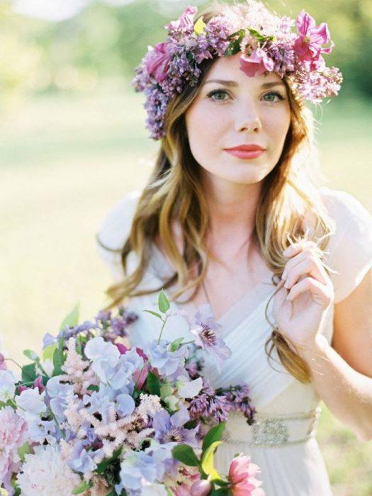 mujer con cabello suelto y corona de flores