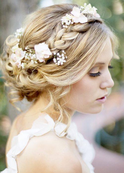 mujer con el cabello trenzado y flores