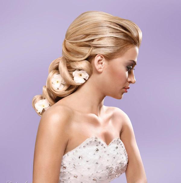 novia con flores en el cabello