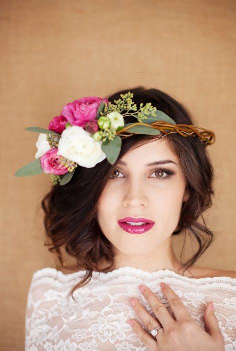 chica con fcorona de flores y peinado de lado