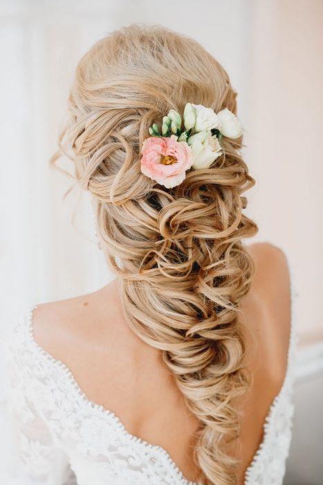 novia con peinado recogido hacia atrás y flores