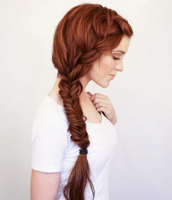 mujer con cabello rojo trenzado