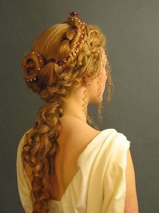 mujer con peinado barroco