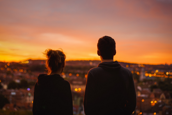 pareja mirando el horizonte