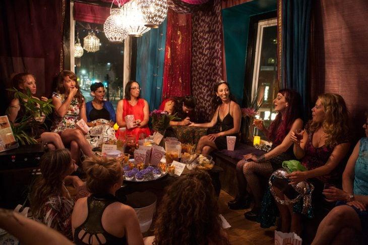 amigas reunidas noche mística
