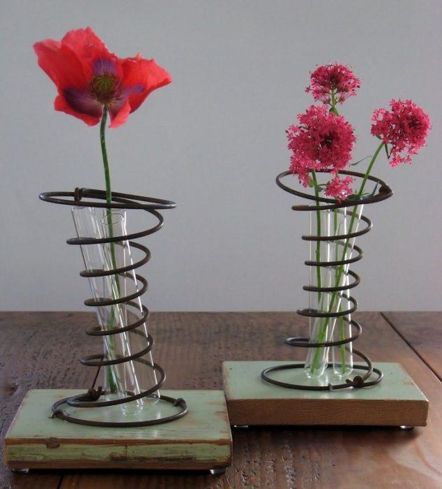 florero hecho de resortes y tubos de ensayo