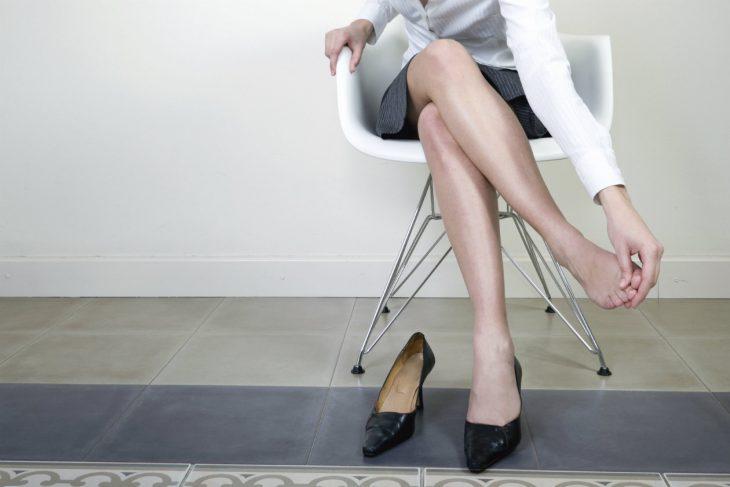 mujer probándose tacones