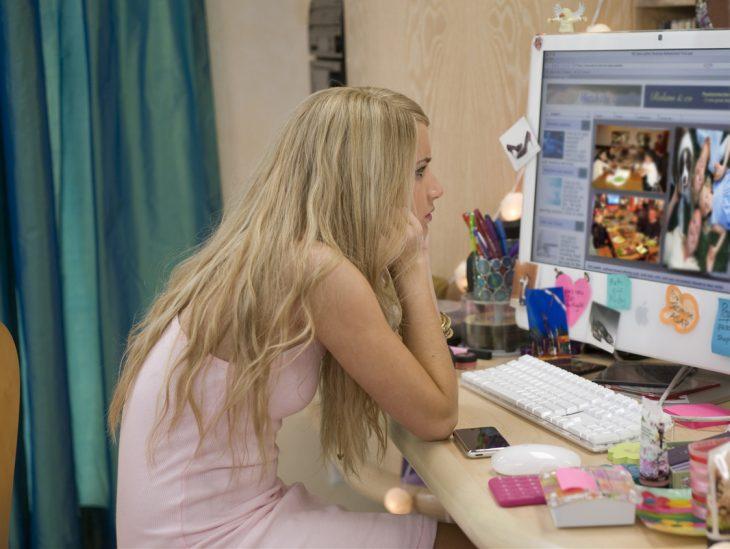 Escena de la película wild child chica viendo la computadora