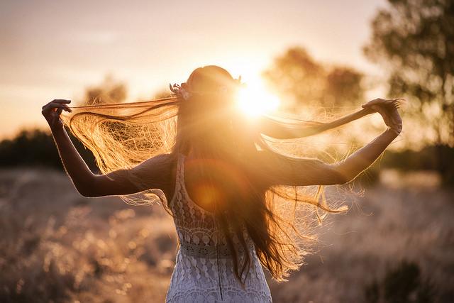 mujer mirando al sol