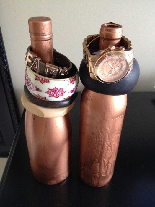 botellas pintadas para almacenar brazaletes