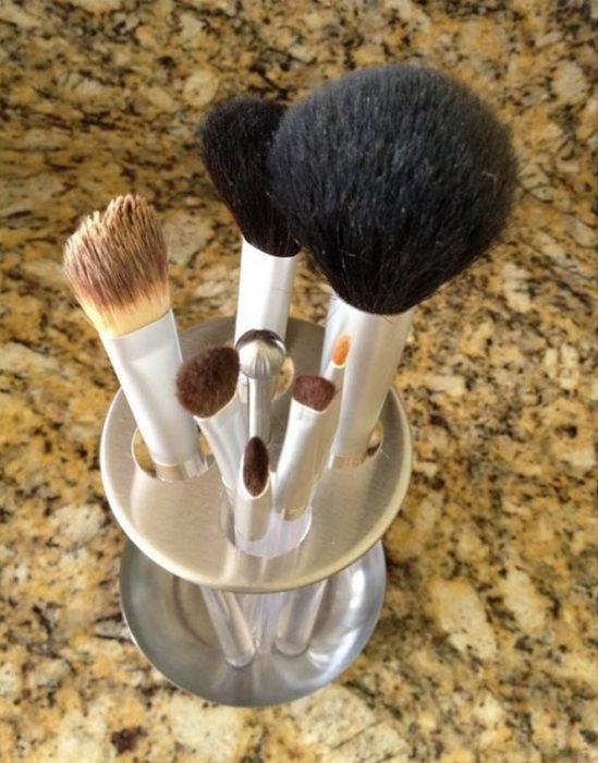 brochas para maquillaje en porta cepillos