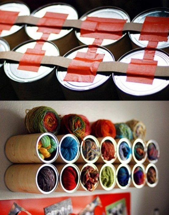 madejas de estambre almacenadas en la pared