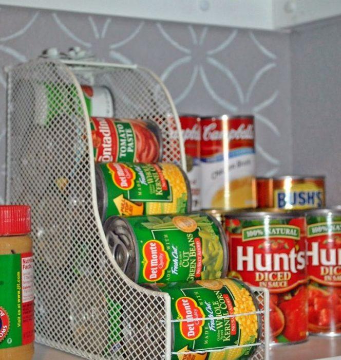 latas acomodadas en archivero metálico