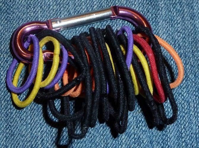 ligas pora cabello colocadas en mosquetón