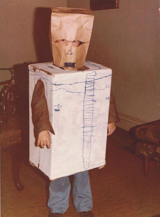 niño disfrazado de Stormtrooper de cartón