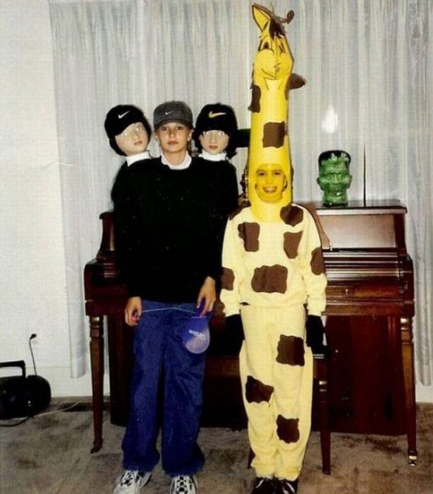 niño disfrazado de persona con tres cabezas y jirafa