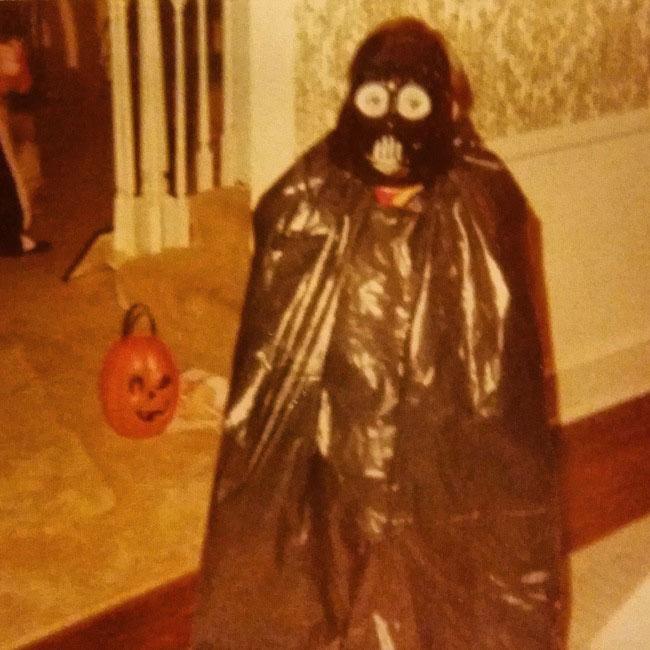 niño disfrazado de Darth Vader con bolsa de basura