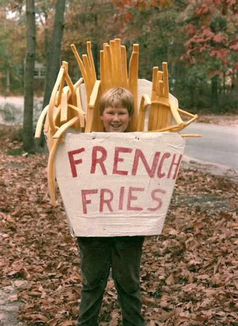 niño disfrazado de papas fritas