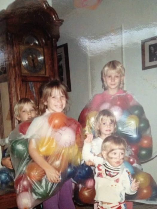 niños disfrazados con bolsas de globos