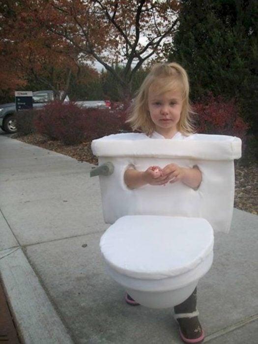 niña disfrazada de toilette