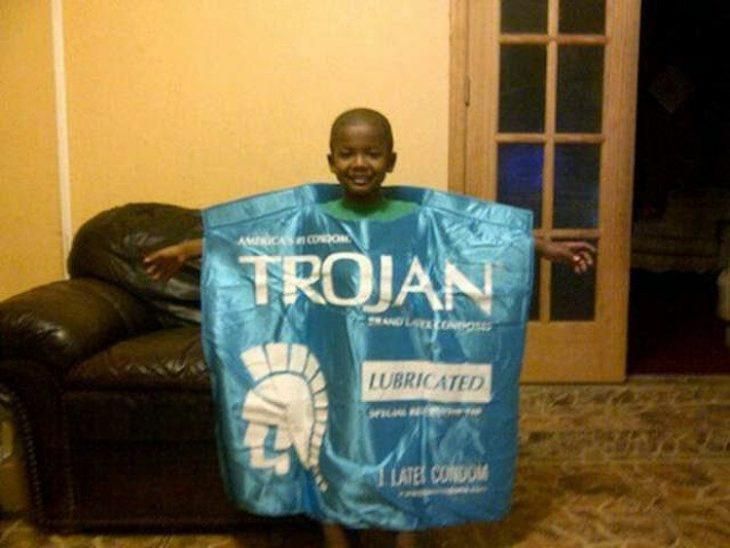 niño disfrazado de condón