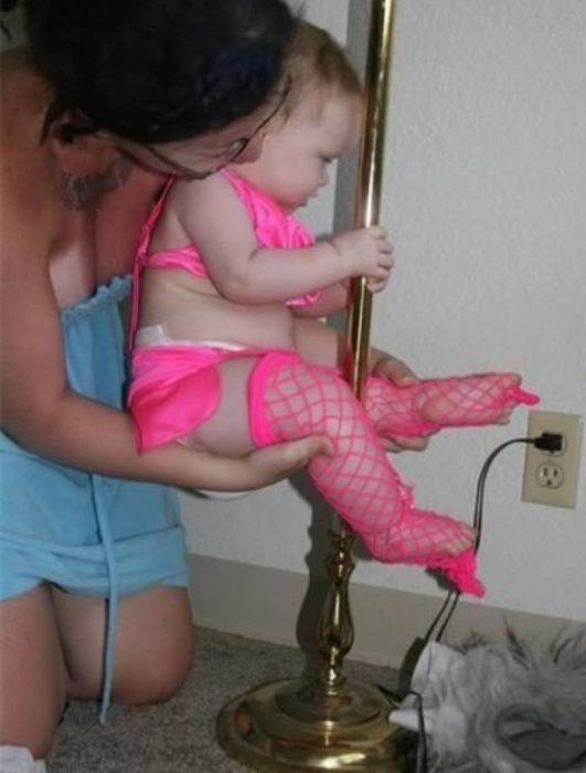 bebé disfrazada de bailarina de pole dance