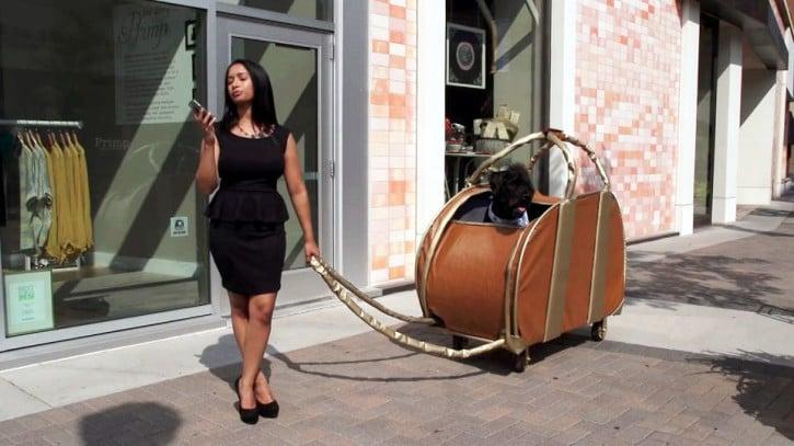 mujer con bolsa como carrito
