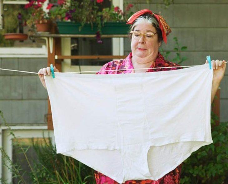 mujer con ropa interior muy grande