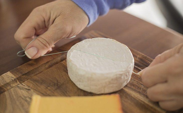 mujer corta queso con hilo dental