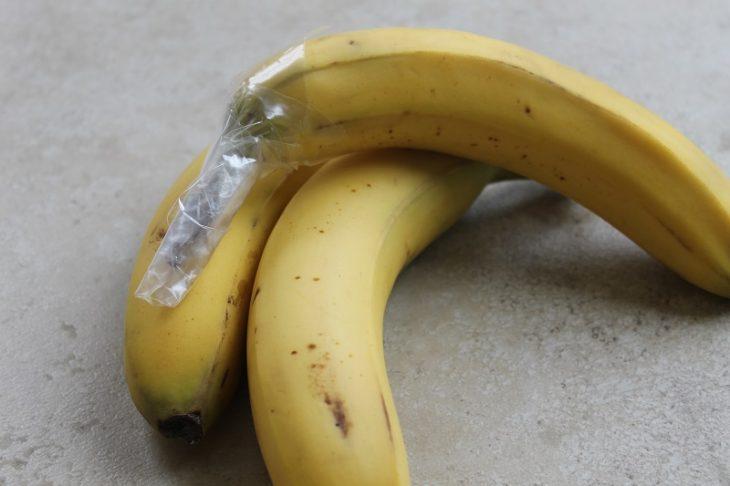 plátanos envueltos con plástico