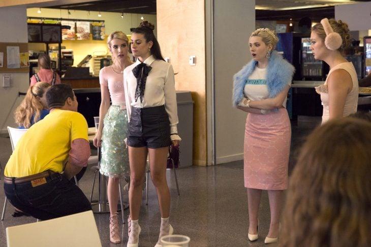 Escena de la serie scream queens lea michel defendiendo a sus amigas
