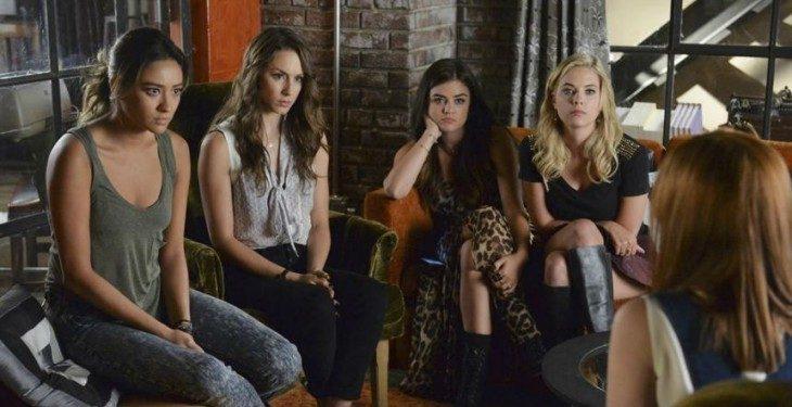 Escena de la serie pretty little liars chicas reunidas en un café hablando