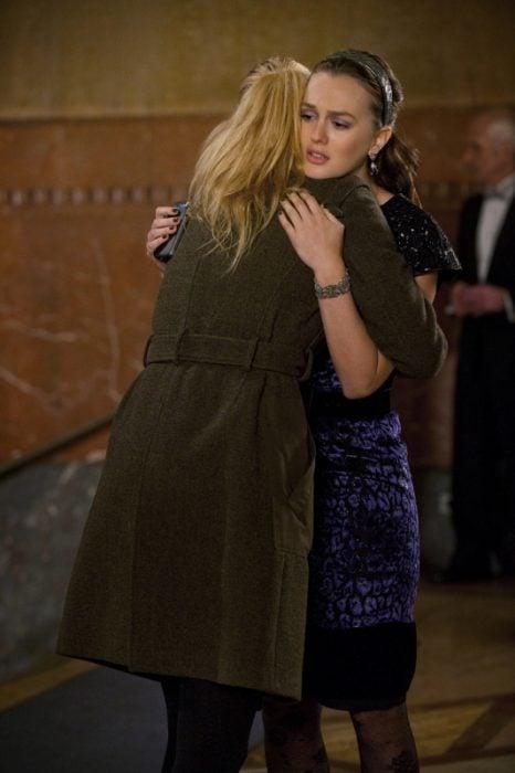 Escena de la serie pretty little liars chicas abrazándose
