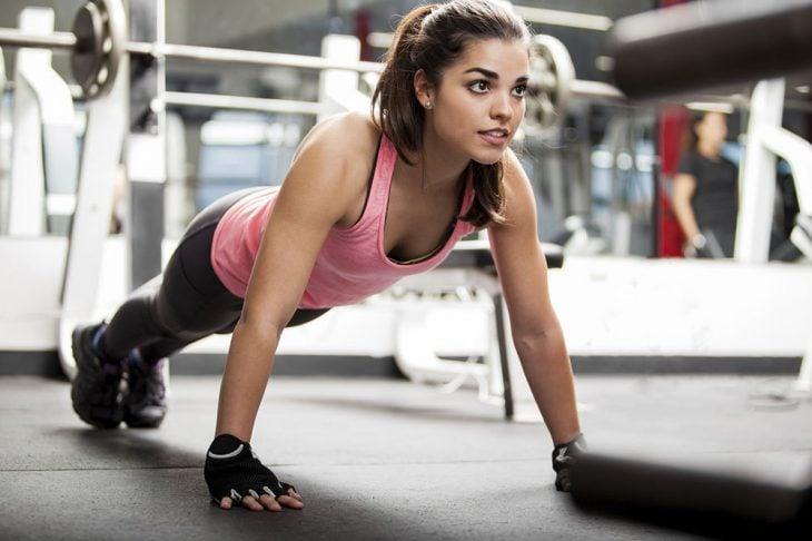 Chica haciendo ejercicio en un gimnasio