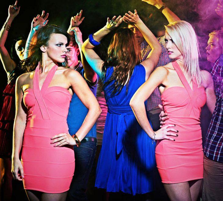 Chicas usando el mismo vestido