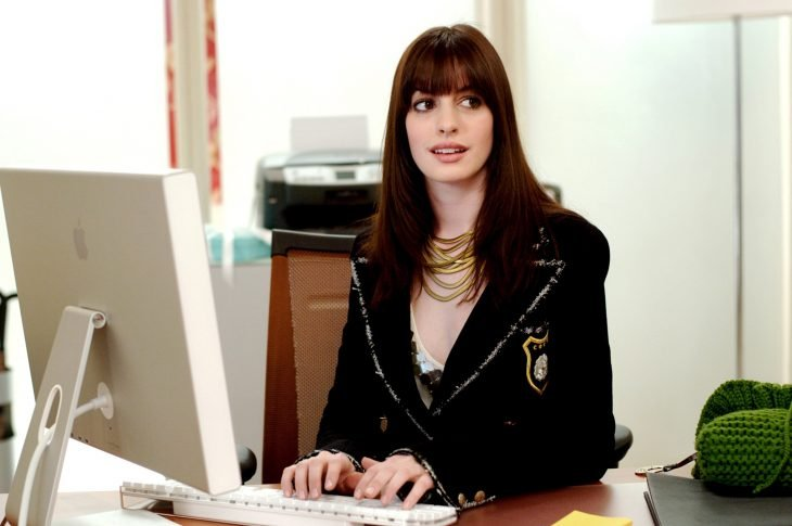 Escena de la película el diablo viste a la moda, andy escribiendo en un escritorio